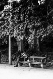 Man-reading-newspaper-in-Brussels-©Lauri-Novak