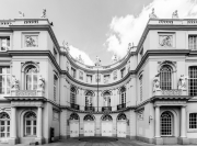 Semi-circular-building-courtyard-in-Brussels-©Lauri-Novak